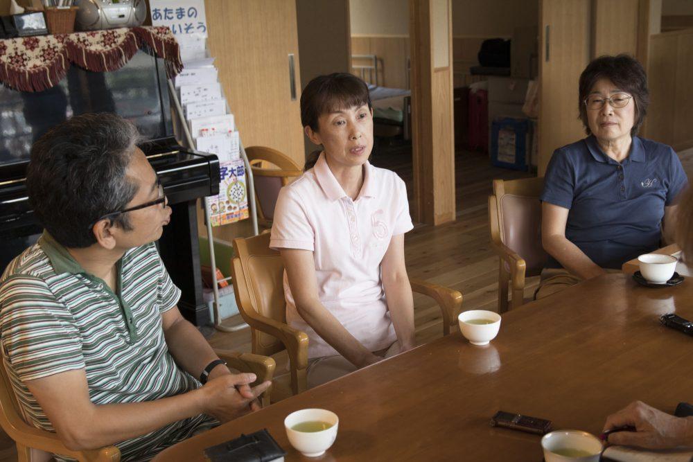 ケアマネジャーをつとめる高倉富士子さんと管理者の森本剛さん、そして施設長の平野さん